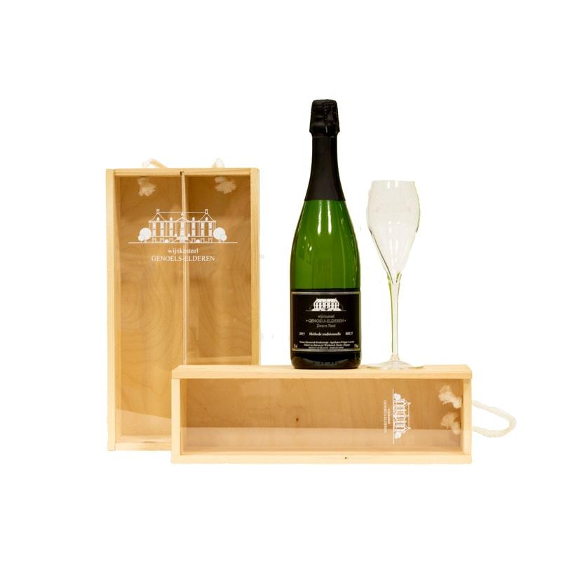 Houten geschenkkisten met glas en fles